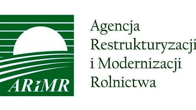 Logo ARiMR. Zielone biała grafika. Zielone tło, zachodzące białe słońce, linie symbolizujące łąkę, biały napis ARiMR