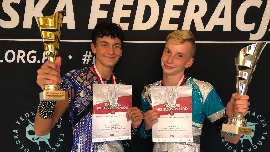 Zdjęcie zdobywców tytułu mistrza i vice mistrza z pucharami i dyplomami w rękach