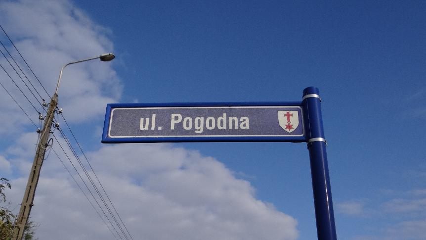 Tabliczka z nazwą ulicy Pogodnej w Iwinach
