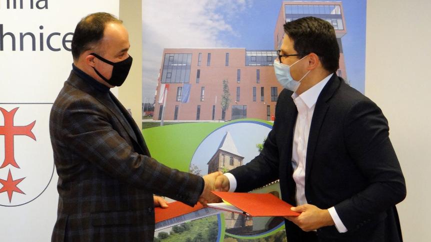 Burmistrz Siechnic wraz z przedstawicielem wykonawcy