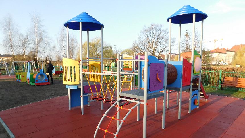 kolorowy zamek z placu zabaw dla dzieci