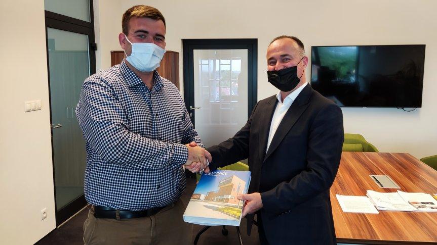 Burmistrz Siechnic Milan Ušák razem z zwycięzcą aukcji charytatywnej